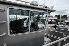 在新英格兰港口跨接在一艘现代捕鱼船看的区域 免版税库存图片