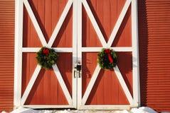 在新英格兰谷仓的圣诞节花圈 库存图片