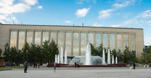 在新西伯利亚科学和技术图书馆城市的前面喷泉 免版税库存图片
