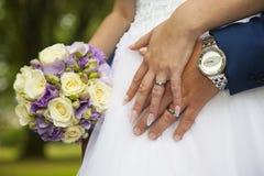 在新近地结婚的年轻夫妇的手上的细节 免版税图库摄影