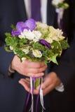 在新郎现有量的婚礼花束 库存图片