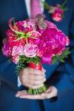 在新郎现有量的婚礼花束 免版税图库摄影