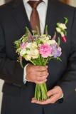 在新郎现有量的婚礼花束 免版税库存照片