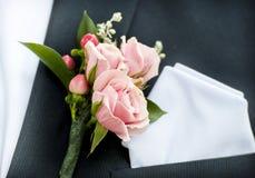 在新郎翻领的一朵花 库存照片