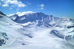 在新雪山坡的滑雪和雪板滑雪道在法国阿尔卑斯 免版税图库摄影