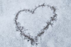 在新雪纹理背景,华伦泰` s天,圣诞节的心脏样式 免版税库存图片