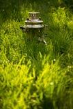 在新鲜的夏天草坪的土气俄国式茶炊 Copyspace 免版税图库摄影