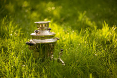 在新鲜的夏天草坪的土气俄国式茶炊 Copyspace 库存图片