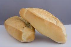 在新鲜的大面包二上添面包 免版税库存照片