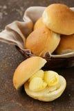 在新鲜的小圆面包面包的黄色牛奶店黄油 免版税库存图片