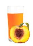 在新鲜的桃子被隔绝的玻璃和一半的桃子汁 库存图片
