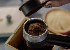 在新鲜的碾碎的咖啡的准备的顶视图在咖啡壶的 库存图片