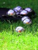 在新鲜的绿草的Petanque球 免版税库存图片