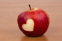 在新鲜的苹果的心脏,华伦泰题材 免版税库存图片