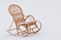 在新鲜的雪的柳条晃动椅子 库存图片