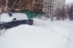 在新鲜的雪盖的停放的汽车 免版税库存照片