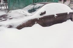 在新鲜的雪盖的停放的汽车 免版税库存图片