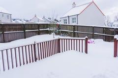 在新鲜的雪盖的庭院装饰 库存图片
