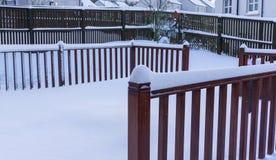 在新鲜的雪盖的庭院装饰 免版税库存照片