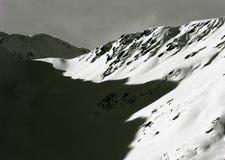 在新鲜的雪-阿尔卑斯,奥地利,蒂罗尔的高山谷 免版税库存照片