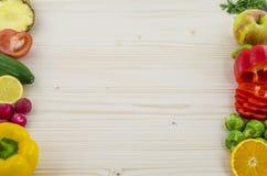 在新鲜的水果和蔬菜的框架在木板 背景 库存图片