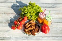 在新鲜的sala围拢的新鲜的烤肉板材的顶视图  免版税库存图片