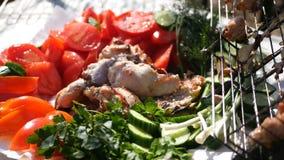 在新鲜蔬菜和鸡烤肉的本质的鲜美和水多的午餐 HD 库存图片
