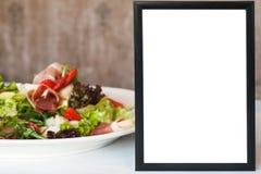 在新鲜蔬菜沙拉附近的被构筑的拷贝空间 图库摄影