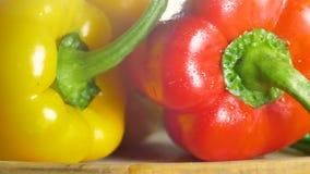 在新鲜蔬菜说谎在一个木板的,健康食品,沙拉成份的特写镜头照相机 股票录像