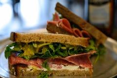 在新鲜面包的蒜味咸腊肠三明治 免版税库存图片