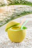 在新鲜水果的异乎寻常的饮料在晴天 库存图片