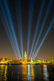 在新年庆祝聚光灯展示宽射击下的Wat arun 免版税库存图片