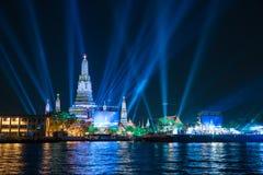 在新年庆祝聚光灯展示宽射击下的Wat arun 图库摄影