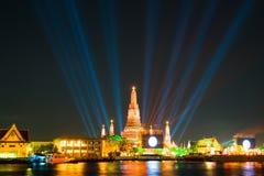在新年庆祝聚光灯展示宽射击下的Wat arun 库存照片