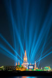 在新年庆祝聚光灯展示宽射击下的Wat arun 免版税库存照片