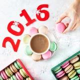 在新年时间的五颜六色的法国macarons 免版税库存图片