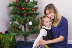 在新年树附近的家庭画象 免版税库存图片