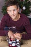 在新年树附近的英俊的男孩 库存照片