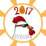 在新年的太阳镜和标志的滑稽的动画片雄鸡字符2017年 免版税图库摄影