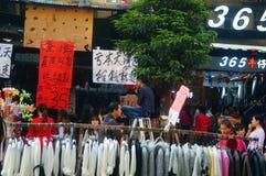 在新年` s天风景的衣物商业街,人们去购物或买衣物 免版税库存图片