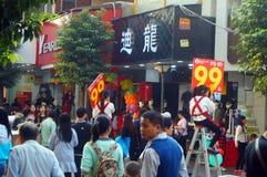 在新年` s天风景的衣物商业街,人们去购物或买衣物 库存照片