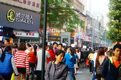 在新年` s天风景的衣物商业街,人们去购物或买衣物 图库摄影