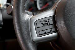 在方向盘的音频控制按钮 库存图片