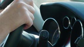 在方向盘,更换者,汽车仪表板,汽车的手 股票录像