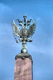 在方尖碑上面的两头老鹰在Troitsk桥梁,圣彼德堡 免版税库存图片
