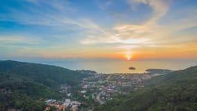 在方式上的日落对Kata Karon海滩 图库摄影