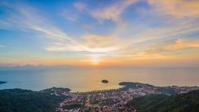 在方式上的日落对Kata Karon海滩 免版税库存图片
