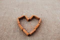 在方形的图片中间的砖心脏 图库摄影