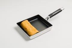在方形的平底锅的煎蛋 免版税库存图片