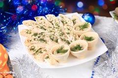 在方形的板材的冷的开胃菜在圣诞节桌上 图库摄影